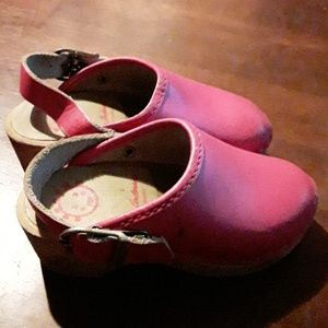 Size 5 Girls Pink Clog shoes  Hanna Anderson.